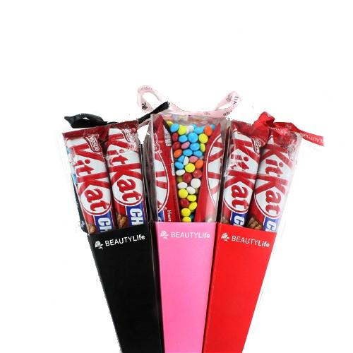 دسته گل شکلاتی کیت کت و اسمارتیز یک تزئین لاکچری و زیبا کنار هدیه های شما